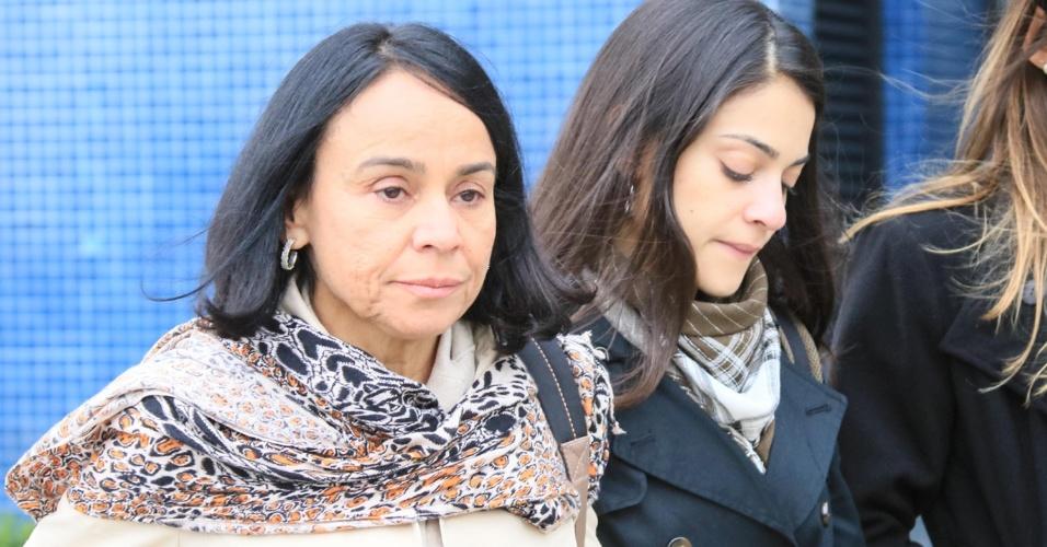 26.jun.2015 - Mãe e filha visitam o diretor da empreiteira Andrade Gutierrez Elton Negrão na sede da Polícia Federal em Curitiba (PR). Elton Negrão foi detido durante a Operação Lava Jato que investiga desvio de dinheiro em obras da Petrobras