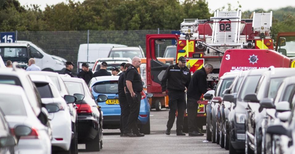 1º.ago.2015 - Equipes de salvamento no local de um acidente aéreo perto do aeroporto de Blackbushe, em Hampshire, no Reino Unido. A embaixada saudita confirmou que membros da família de Osama Bin Laden estavam entre as vítimas na queda de um avião particular. Quatro pessoas morreram