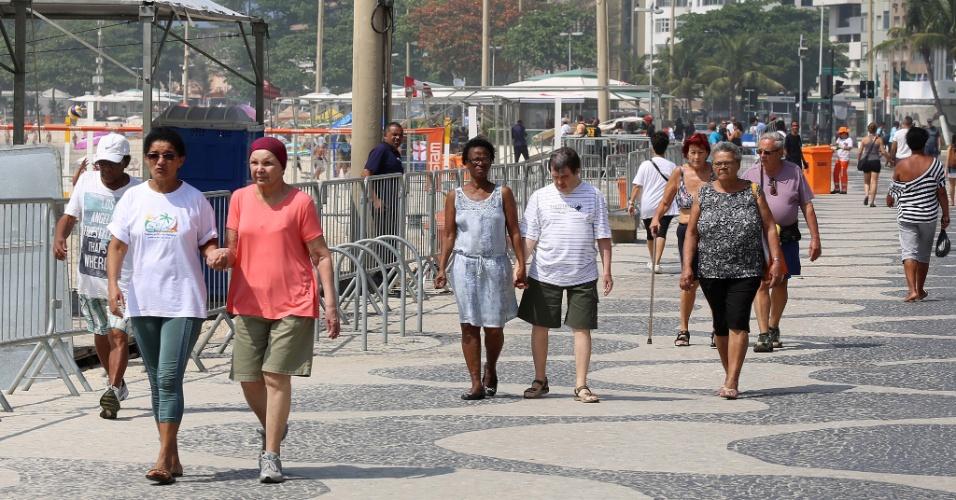 24.set.2015 - A reportagem do UOL visitou a praia de Copacabana, uma das mais badaladas do Rio, e conversou com moradores sobre os arrastões do sábado (19) e do domingo (20). Segundo eles, os atos recentes de violência geraram um clima de insegurança coletiva no bairro. Os entrevistados afirmaram que, nos arrastões da década de 90, frequentes nos fins de semana de sol, não havia a mesma