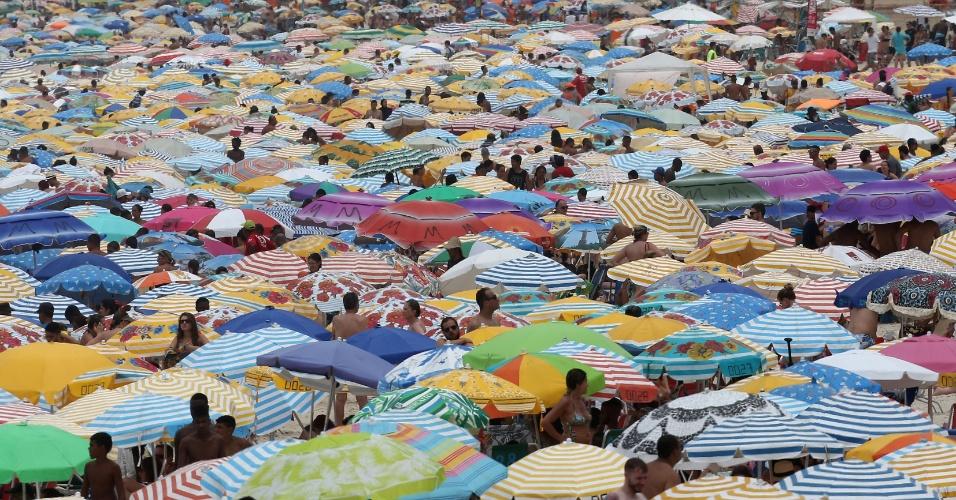 1º.jan.2016 - Banhistas lotam a praia de Ipanema, no Rio de Janeiro