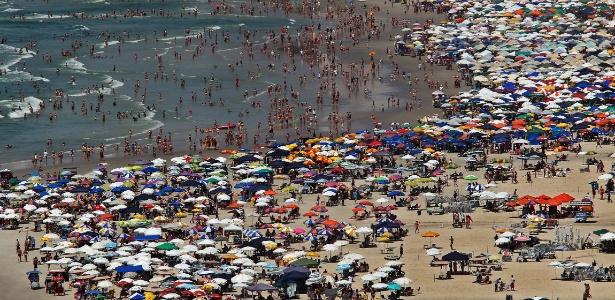Banhistas na praia de Pitangueiras, no Guarujá, litoral sul paulista