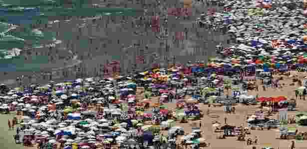 Banhistas na praia de Pitangueiras, no Guarujá, litoral sul paulista - Sérgio Castro/Estadão Conteúdo