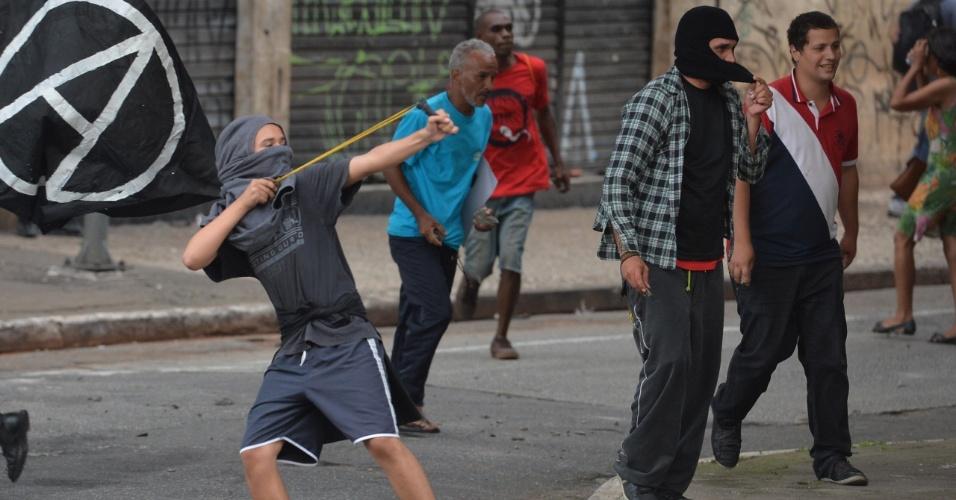 8.jan.2016 - Jovem com rosto coberto lança pedra contra policiais militares durante confusão em ato contra o aumento do valor da tarifa do transporte público de São Paulo, no Vale do Anhangabaú, no centro de São Paulo. Neste sábado (9), tarifa passa de R$ 3,50 para R$ 3,80