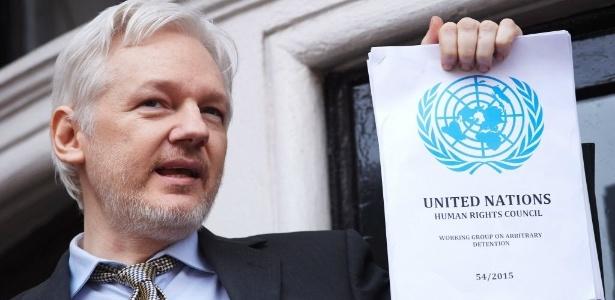 """Assange segura cópia de documento da ONU que diz que ele foi """"detido arbitrariamente"""""""