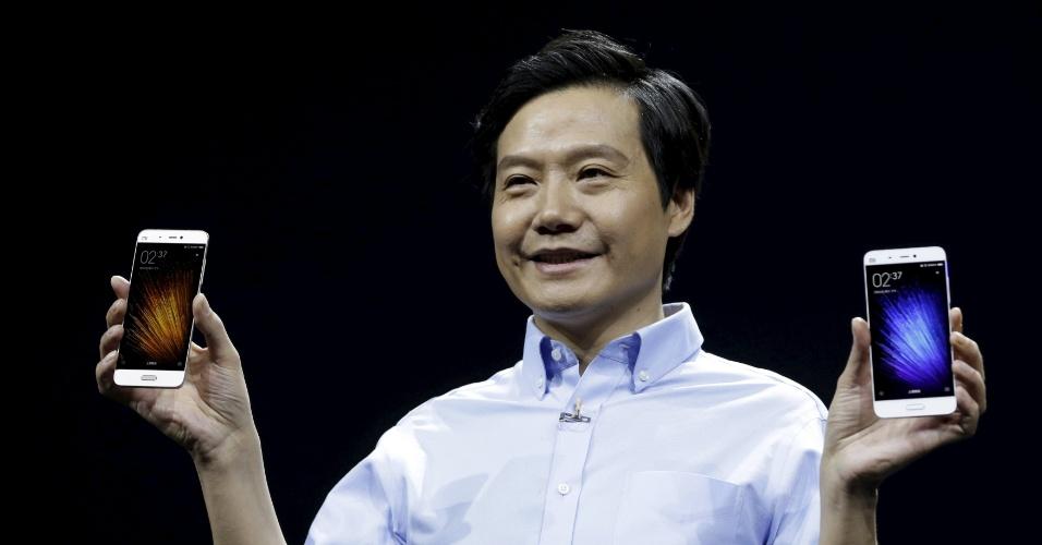 24.fev.2015 - A gigante chinesa Xiaomi apresentou seu novo smartphone de topo de linha, o Mi 5. O aparelho conta com tela de 5,15 polegadas (resolução Full HD), 4 GB de memória, 128 GB de armazenamento, NFC, leitor digital frontal, 16 MP na câmera frontal e 4 MP de câmera traseira. O processador é o Snapdragon 820, topo de linha da Qualcomm. A bateria tem tecnologia de carregamento rápido. Segundo a empresa, com apenas 10 minutos de carga, é possível ter 2 horas de vídeo, 27 horas de navegação por GPS e quatro horas de papo em apps de mensagens