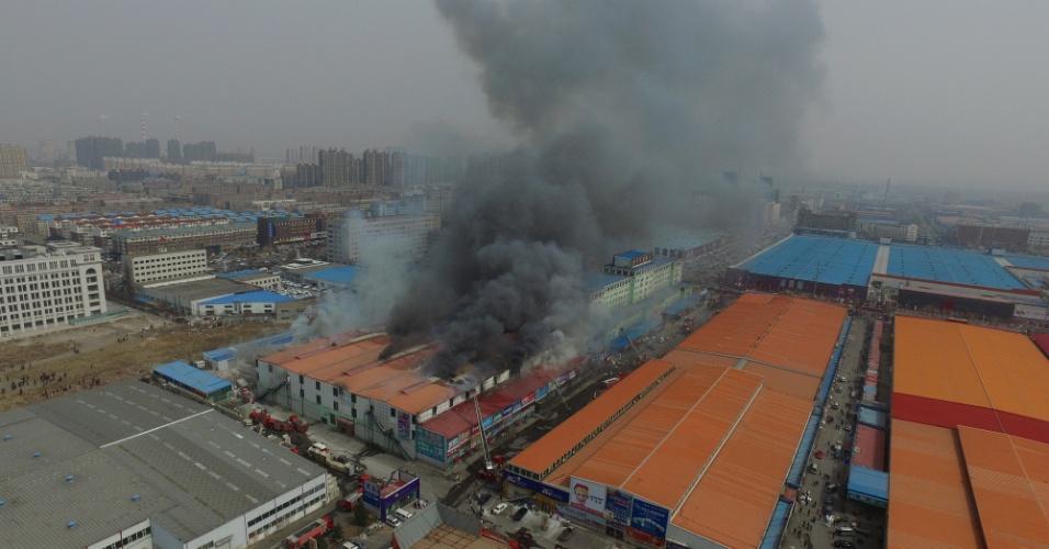 31.mar.2016 - Incêndio atinge mercado de material de construção na cidade chinesa de Changchun, no nordeste do país. Não há relatos de vítimas no incidente