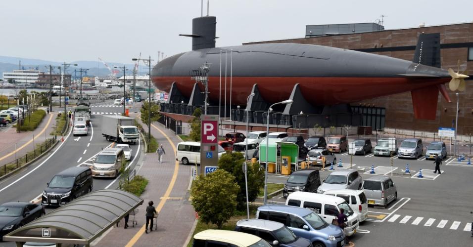 """12.abr.2016 - O submarino Akishio, que tem 76 metros de comprimento e mais de 2.000 toneladas, fica exposto no lado externo do museu JMSDF Kure, também conhecido como """"Tetu-no-Kujira Kan"""" (museu Baleia de Ferro), na prefeitura de Hiroshima. O submarino foi utilizado pelas Forças de Autodefesa do Japão entre 1984 e 2004"""