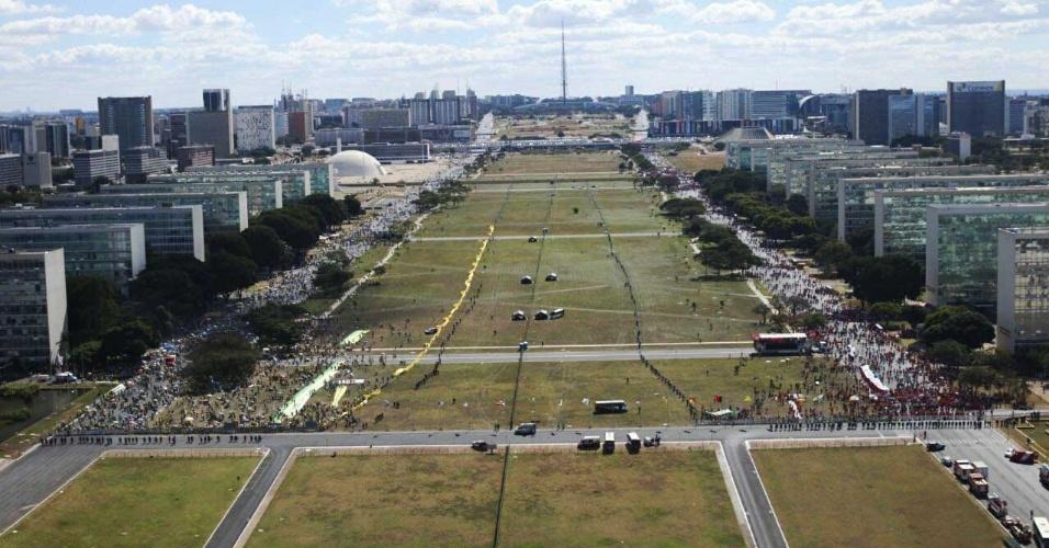17.abr.2016 - Manifestantes favoráveis (à esquerda) e contrários (à direita) se dirigem separados a seus respectivos espaços, divididos por muro, para acompanhar a votação do impeachment da presidente Dilma Rousseff (PT)