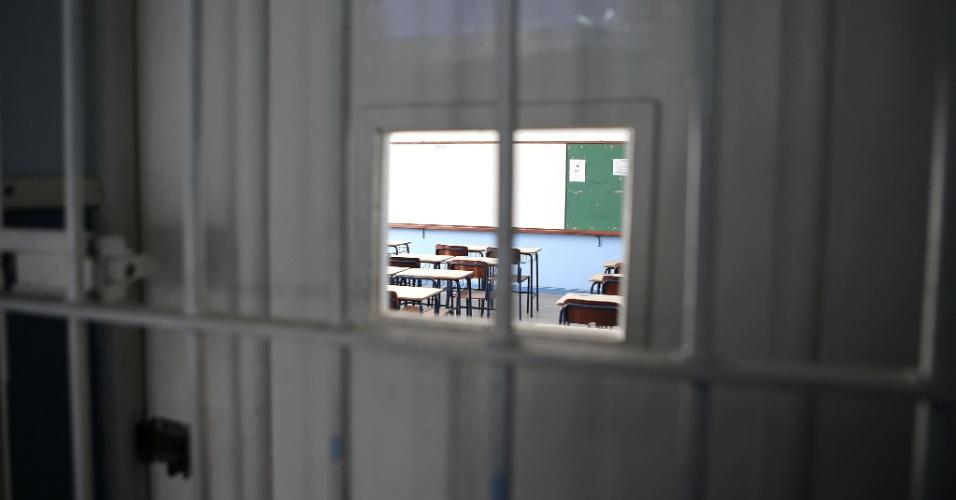 20. abr.2016 - Algumas salas de aula foram trancadas pela direção da escola e os alunos que participam da ocupação não têm acesso a esses espaços. O Colégio Estadual Amaro Cavalcanti fica no Largo do Machado, na zona sul do Rio, e é uma das unidades ocupadas por estudantes que pedem melhorias na rede estadual do Rio de Janeiro