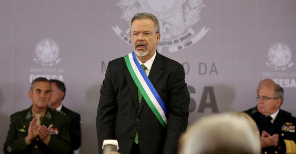 16.mai.2016 - O novo ministro da Defesa, Raul Jungmann, toma posse em cerimônia no Clube da Aeronáutica de Brasília