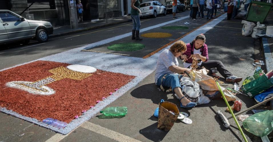 21.mai.2016 - Fiéis promovem a confecção dos tradicionais tapetes de serragem para procissão de Corpus Christi, na Praça Nossa Senhora da Conceição, em Franca, no interior de São Paulo, nesta quinta- feira (26)