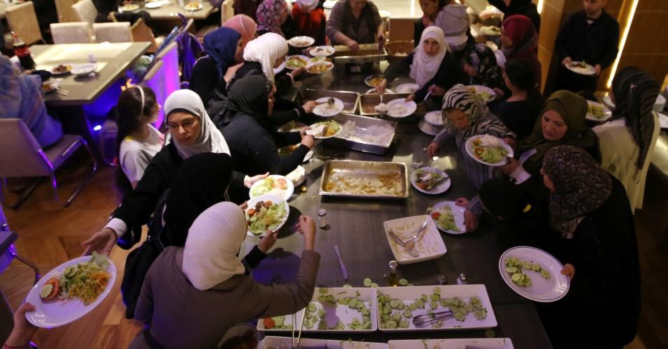4.jul.2016 - Mulçumanos comem seu iftar dentro de uma mesquita em São Paulo, após quebrar o jejum do mês sagrado do Ramadã