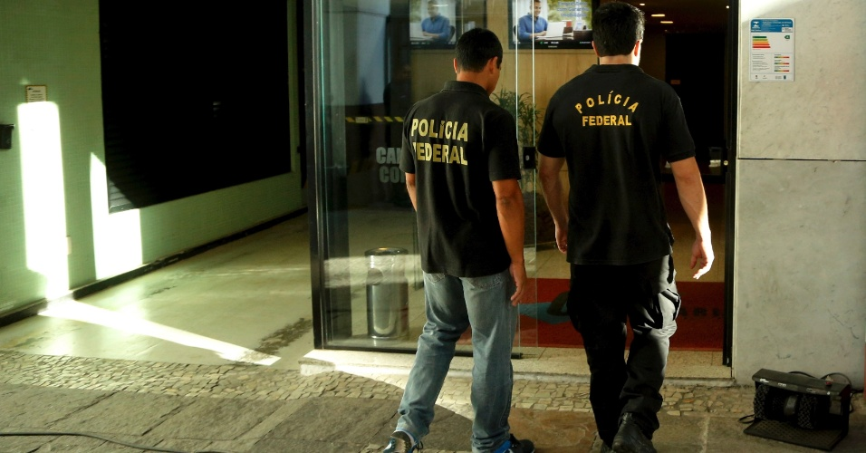 6.jul.2016 - Policiais Federais fazem buscas na sede da Eletronuclear, no centro do Rio de Janeiro (RJ). A ação faz parte da Operação Pripyat, um desdobramento da Lava Jato, que cumpre nove mandados de prisão no Rio de Janeiro e um em Porto Alegre. O ex-presidente da Eletronuclear Othon Luiz Pinheiro é o alvo dessa ação. Ele cumpre prisão domiciliar e é réu em processo na 7ª Vara Federal Criminal, no Rio
