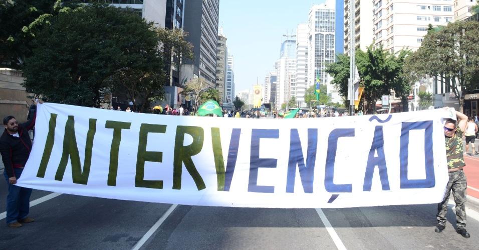 31.jul.2016 - Em protesto contra a presidente Dilma (PT) realizado na avenida Paulista, em São Paulo, manifestantes pedem por intervenção militar
