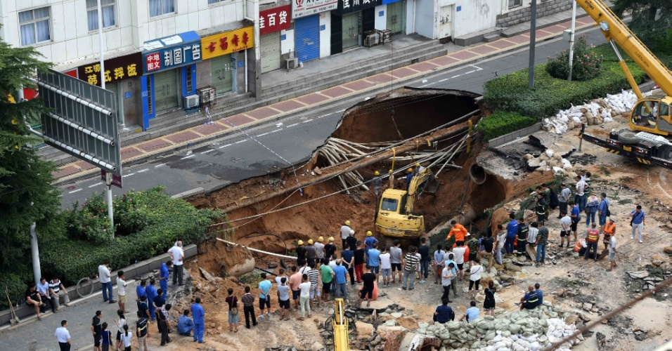 2.ago.2016 - Duas pessoas morreram ao serem engolidos por uma cratera de 30 metros de comprimento e 20 de profundidade que se abriu numa rua da cidade de Zhengzhou, na China. As causas do acidente estão sendo apuradas