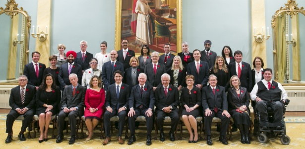 Trudeau, premiê canadense, posa com o seu gabinete igualitário, em que 50% dos ministérios são comandados por mulheres