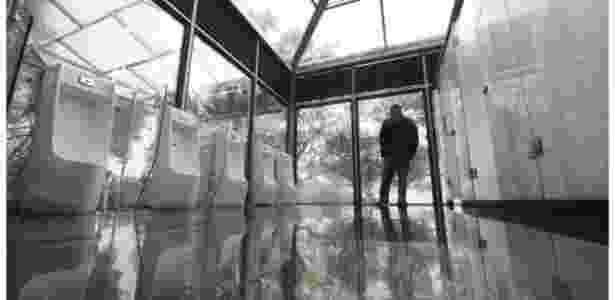 China inaugura banheiros públicos de vidro no alto de floresta - Barcroft - Barcroft