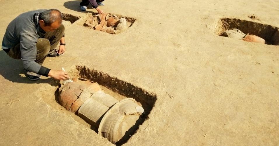 10.out.2016 - Arqueólogos encontraram 113 túmulos com mais de 2.000 anos de idade, na província de Hebei, na China. Os