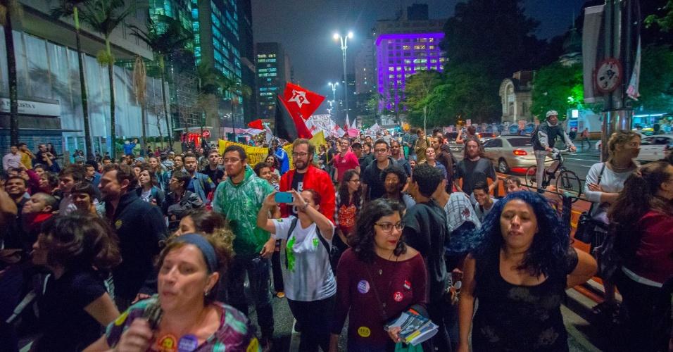 25.out.2016 - Manifestantes fazem passeada na avenida Paulista, no sentido Consolação, em São Paulo, contra a PEC 241