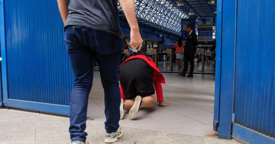 5.nov.2016 - Na correria para não chegar atrasada para o Enem, uma candidata acabou caindo enquanto entrava na Universidade Cruzeiro do Sul, na zona leste de São Paulo