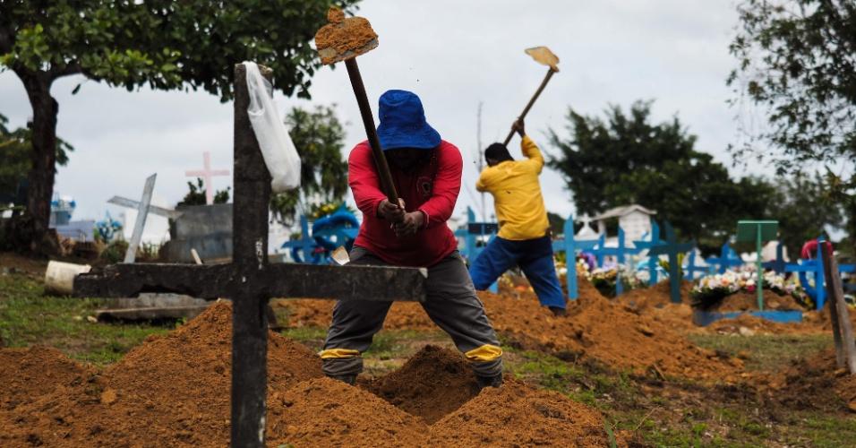 9.jan.2017 - Coveiros trabalham no Cemitério Nossa Senhora Aparecida, também chamado Cemitério Tarumã, para receber corpos de presos mortos em Manaus