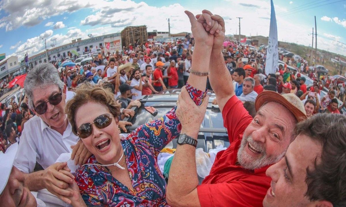 19.mar.2017 - Os ex-presidentes Luiz Inácio Lula da Silva e Dilma Rousseff participam da