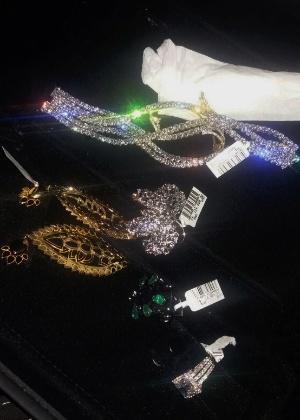 As joias foram encontradas em um veículo durante fiscalização na Dutra