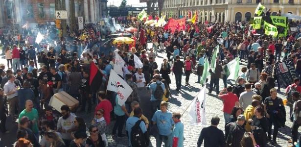 Manifestantes se concentram no largo Glênio Peres, no centro de Porto Alegre