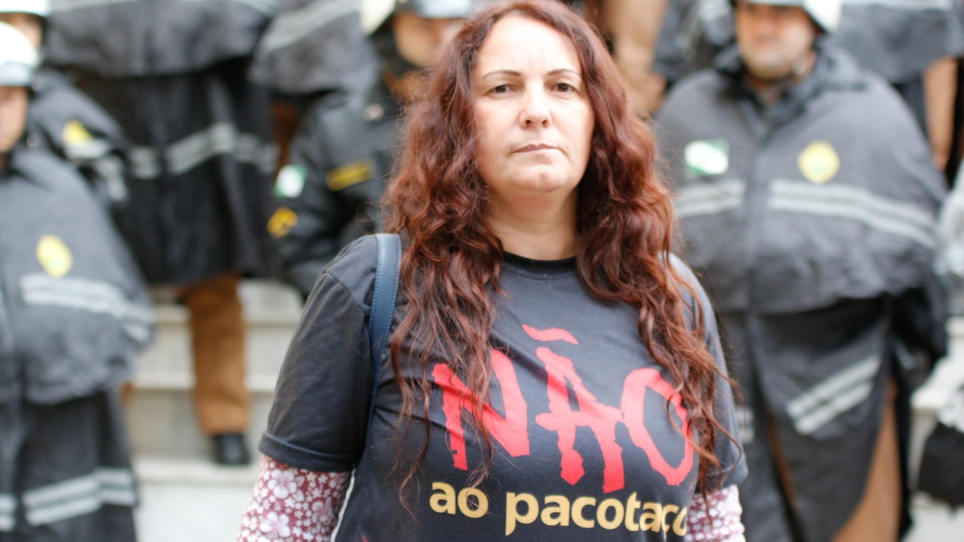 20.jun.2017 - Professores continuam firmes em cerco a Câmara Municipal da capital paranaense, contra o 'Pacotaço'. Em símbolo de paz deram flores ao policiais militares