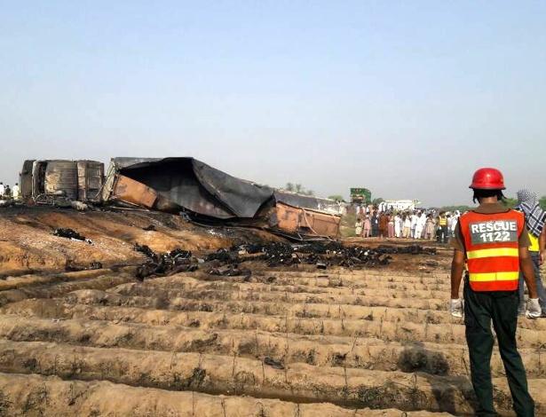 Cena do acidente, com caminhão danificado e corpos espalhados pelo chão