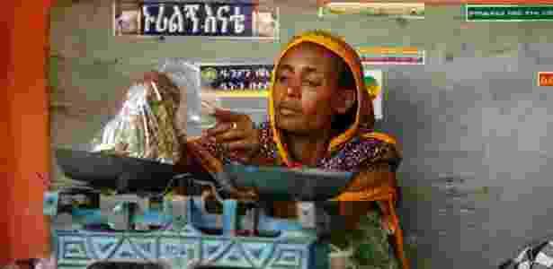 Shimuna Mohammed pesa khat em um mercado em Infranz, vilarejo na região de Amhara, na Etiópia - Tikka Negeri/The New York Times