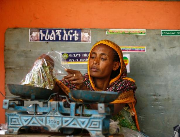 Shimuna Mohammed pesa khat em um mercado em Infranz, vilarejo na região de Amhara, na Etiópia