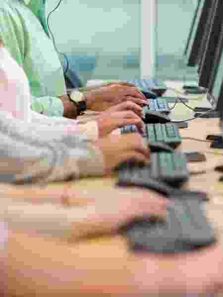 Funcionários de call center denunciam ambientes sem higienização devida para conter covid-19 - iStock