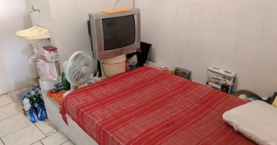 Os quartos individuais, que ficam em volta da quadra do ginásio, têm cama de casal, ventilador e televisão