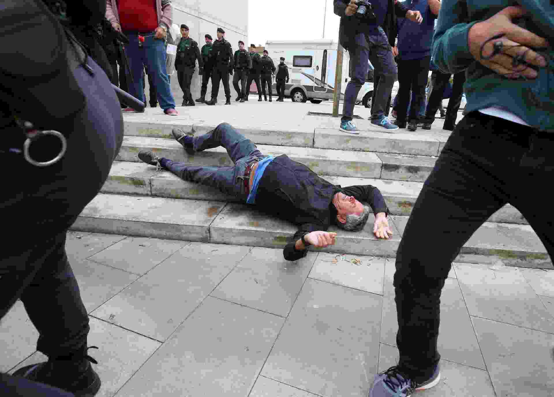 1º.out.2017 - Homem cai durante os confrontos da Guarda Civil espanhola e população na cidade de Sant Julia de Ramis - Albert Gea/Reuters