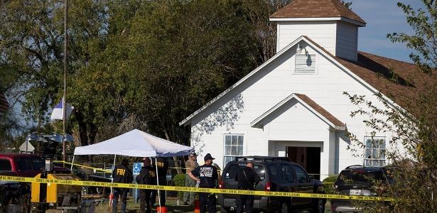 05.out.2017 - Policiais investigam massacre de atirador na Primeira Igreja Batista em Sutherland Springs