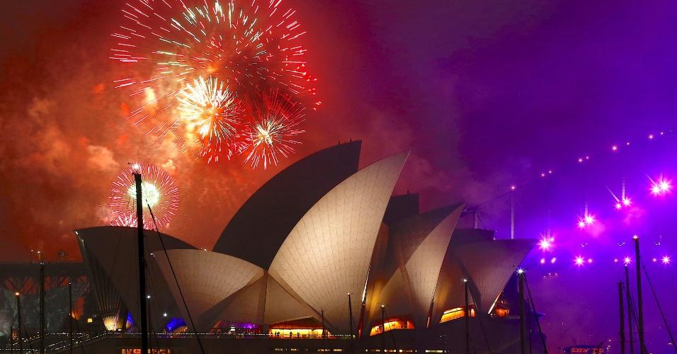 31.dez.2017 - Começou! Fogos iluminam a noite e a edificação da Opera House, em Sydney (Austrália), na festa da virada para o Ano-Novo