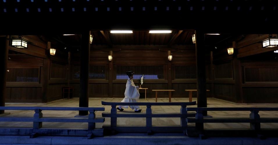 31.dez.2017 - Um religioso shintoísta se encaminha para participar de ritual pelo Ano-Novo no Santuário Meiji, em Tóquio.