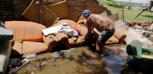 Moradores de Assunção tiveram suas casas invadidas pelas águas do rio Paraguai após fortes chuvas
