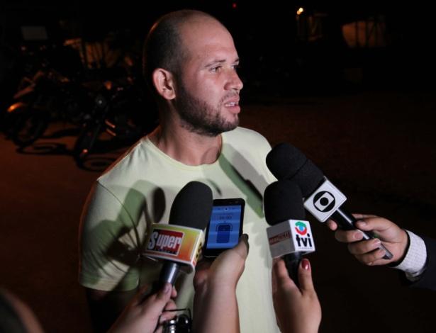 """Macarrão fala com jornalistas na saída da prisão: """"Não sou um criminoso"""" - Ronaldo da Silveira/Futura Press/Folhapress"""