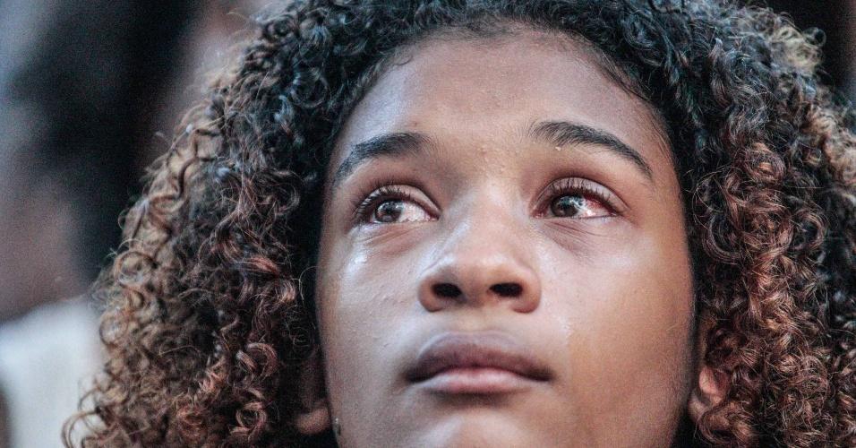 0.mar.2018 - Jovem chora durante ato na Candelária, região central do Rio de Janeiro, que relembra o sétimo dia de morte da vereadora Marielle Franco e do seu motorista Anderson Gomes