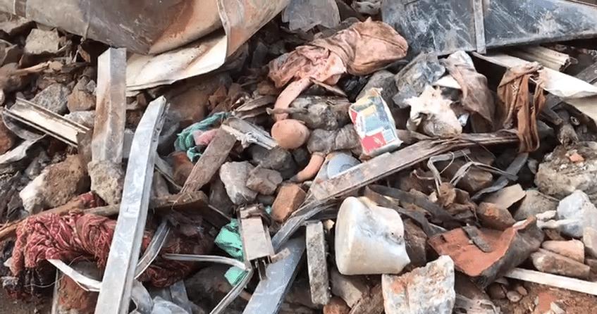 3.mai.2018 - Boneca é encontrada em meio aos entulhos do prédio que desabou no centro de São Paulo na terça-feira (1º)