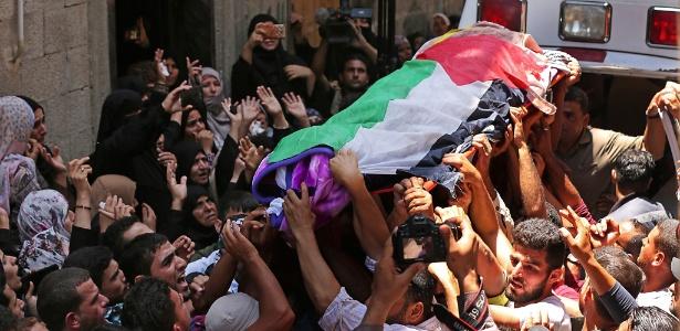 Multidão carrega o caixão da palestina Razan al-Najjar, 21, morta por disparos de soldados israelenses