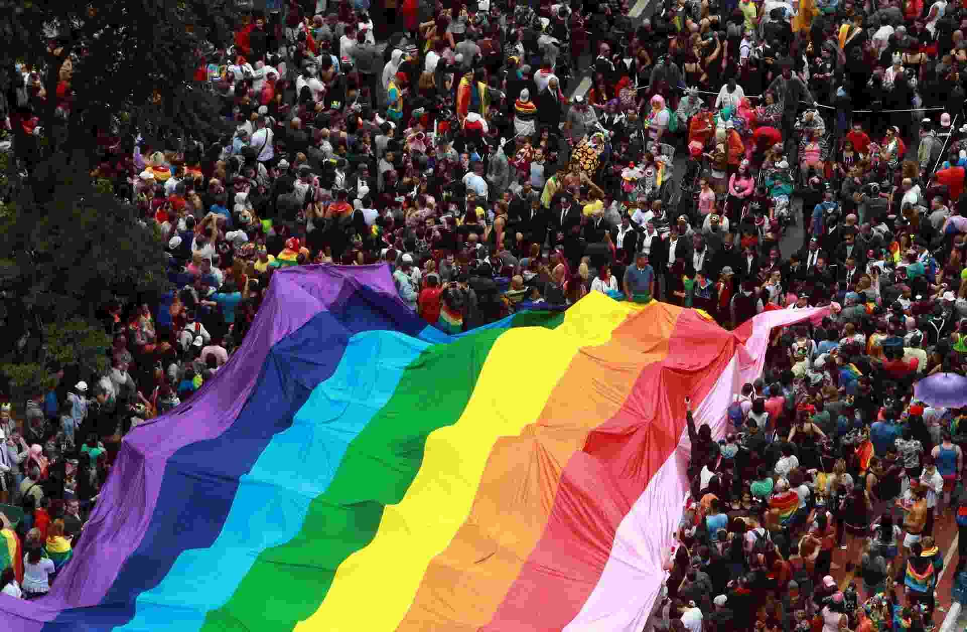 3.jun.2018 - Vista aérea do desfile da 22ª Parada LGBT realizada na Avenida Paulista, no centro de São Paulo, neste domingo (3). O tema do evento esse ano está focado nas eleições de 2018 - Werther Santana/Estadão Conteúdo
