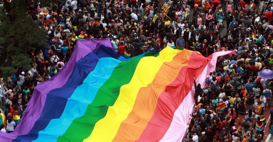 3.jun.2018 - Vista aérea do desfile da 22ª Parada LGBT realizada na Avenida Paulista, no centro de São Paulo, neste domingo (3). O tema do evento esse ano está focado nas eleições de 2018