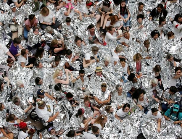 Mulheres envoltas em cobertores de prata protestam no Senado dos Estados Unidos - Jonathan Ernst/Reuters