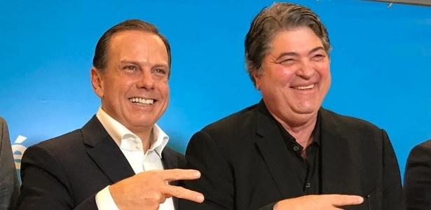 O ex-prefeito João Doria (PSDB) posa com o apresentador Datena (DEM), que comporá chapa com o tucano