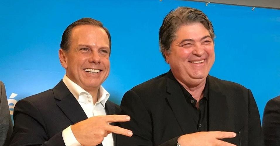 28.jun.2018 - O ex-prefeito de São Paulo, João Doria (PSDB), posa com o apresentador Datena (DEM). Ambos devem ser candidatos nas eleições de outubro