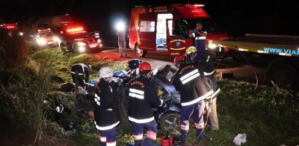 2.jul.2018 - Bombeiros fazem resgate após acidente que matou cinco pessoas da mesma família em uma rodovia no Paraná - Reprodução/Dione Correia