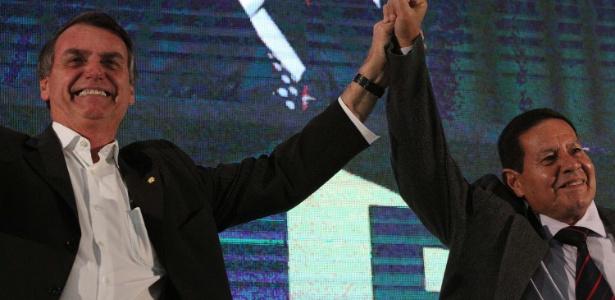 Bolsonaro e Mourão durante convenção que lançou chapa à Presidência